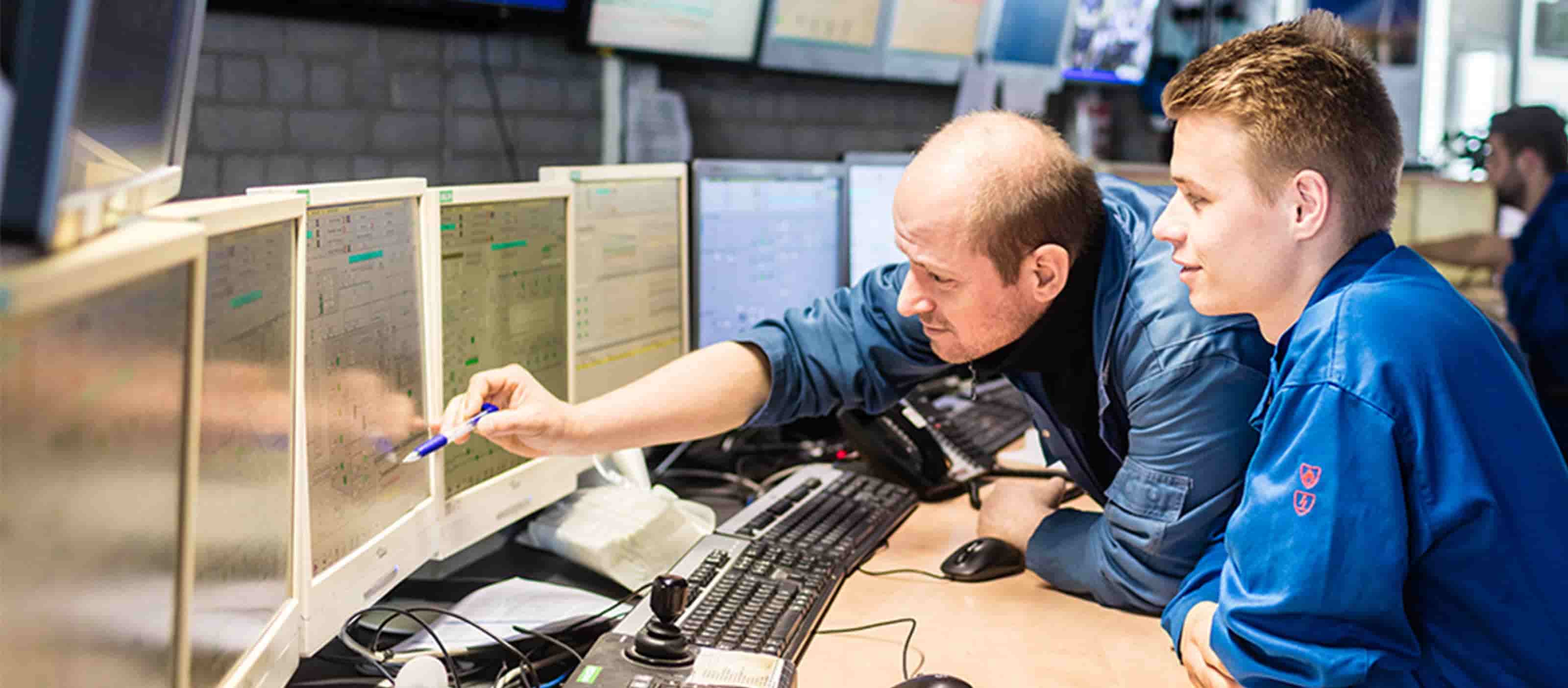 AVR Rotterdam operators in control room | GE Predix APM software