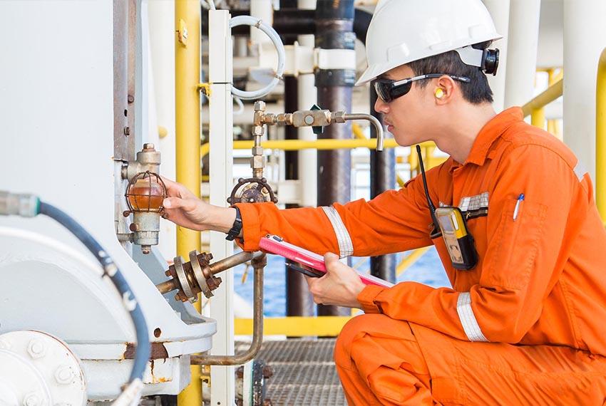 Industrial worker using CIMPLICITY HMI/SCADA from GE Digital