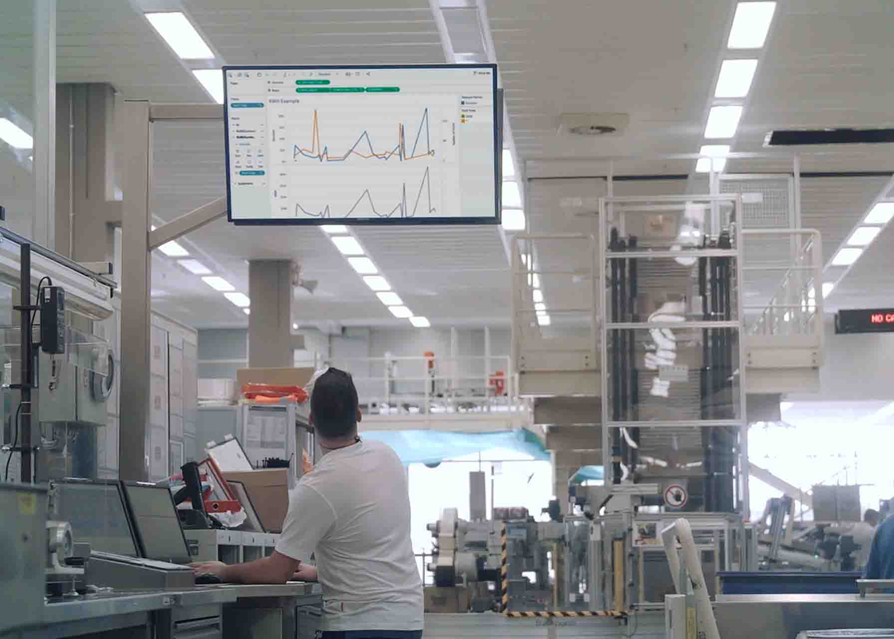 MES software | Operator using GE Digital software in industrial environment