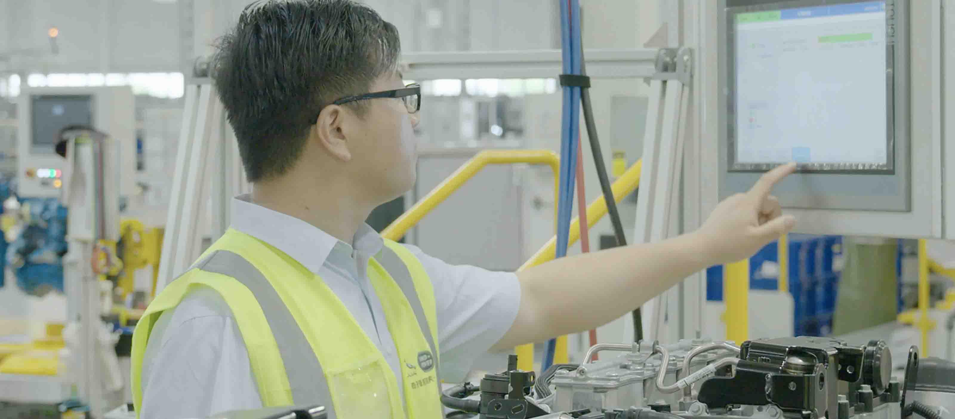 Industrial manufacturing operator using GE Digital MES software