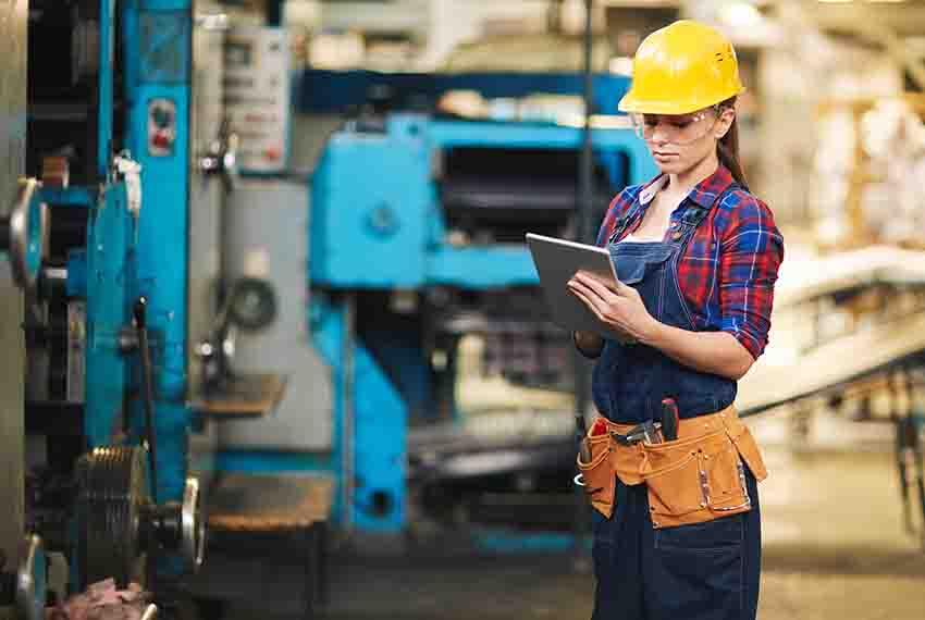 Digital worker using GE Digital software in industrial plant