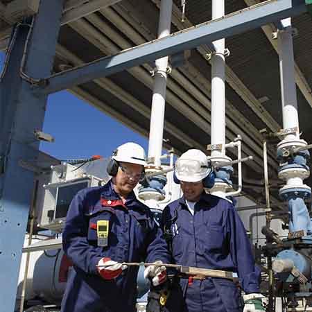 Field engineers using GE Digital IIoT software to help manage operations