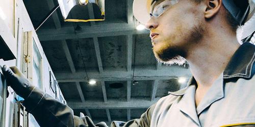 Industrial engineer in Power working on field maintenance | GE Digital