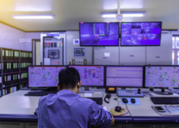 Engineer monitoring operations at power plant | GE Digital software