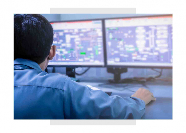 Engineer in control room using IioT software | GE Digital