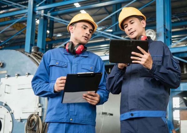 industrial engineers using GE Digital IIoT software | GE apps