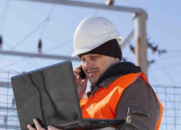 Utility engineer using GeoSpatial Analysis software from GE Digital