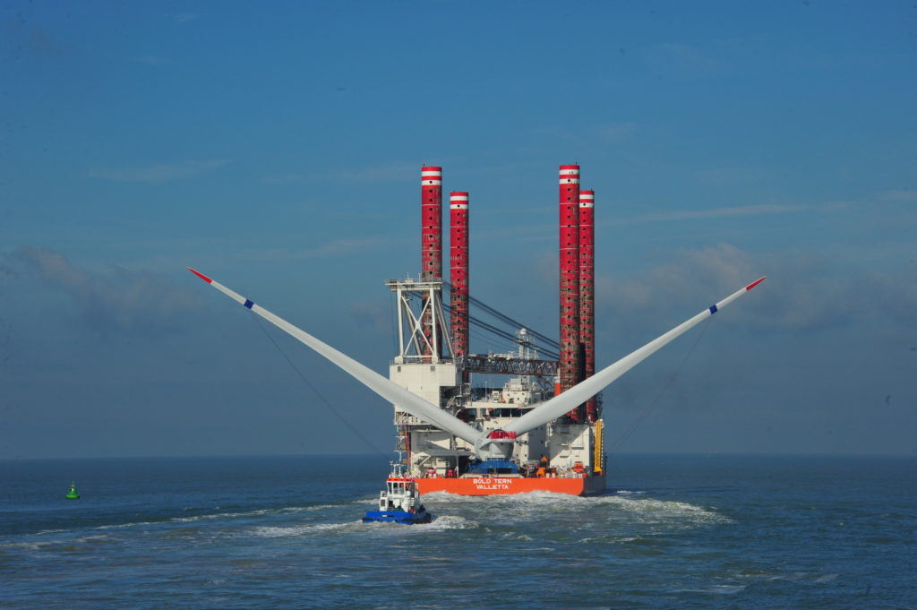 136244-Original-TransportingofHaliade1506MWoffshorewindturbinenacelleonliftboat-20131008Haliadenacelleloadingboat4