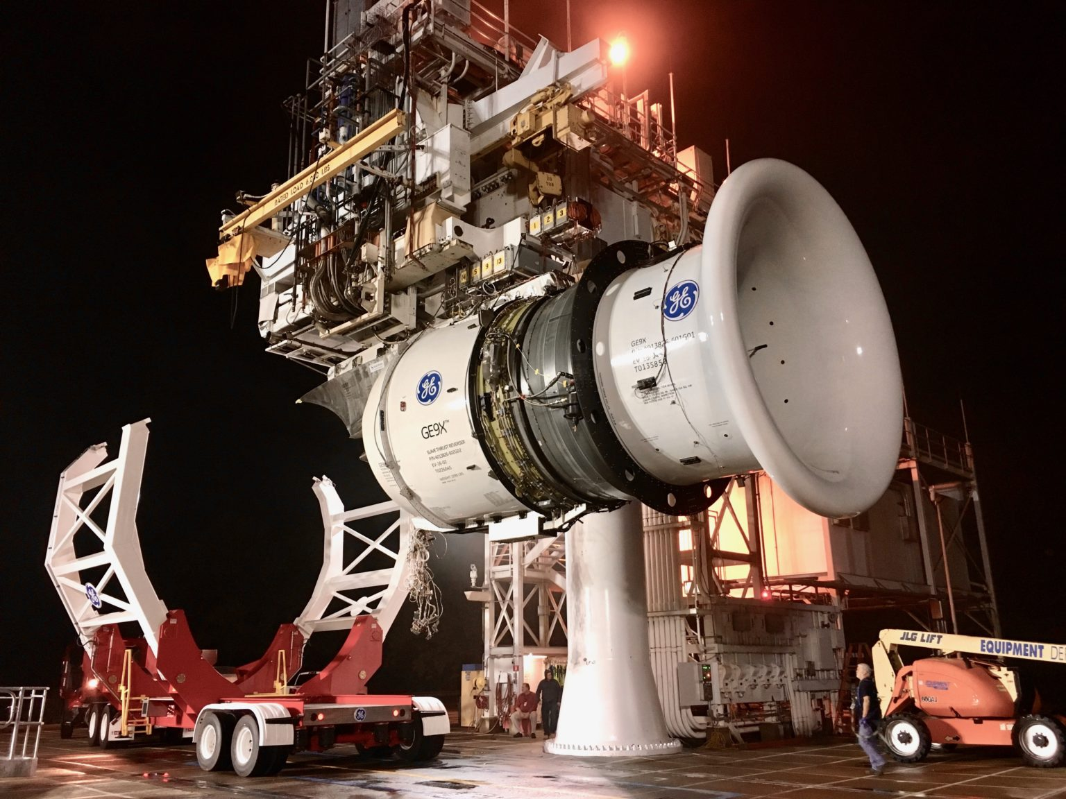Photo of the GE9X engine with its transporter
